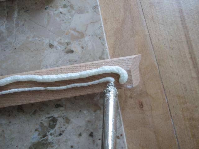 Na listwę drewnianą w miejscu przyszłego styku nakładam jedną grubszą warstwę piany a obok niej równolegle cieńszy warkocz. Nakładam dwa warkocze ,żeby w nierówności parkietu wcisnęła się pianka dolna.