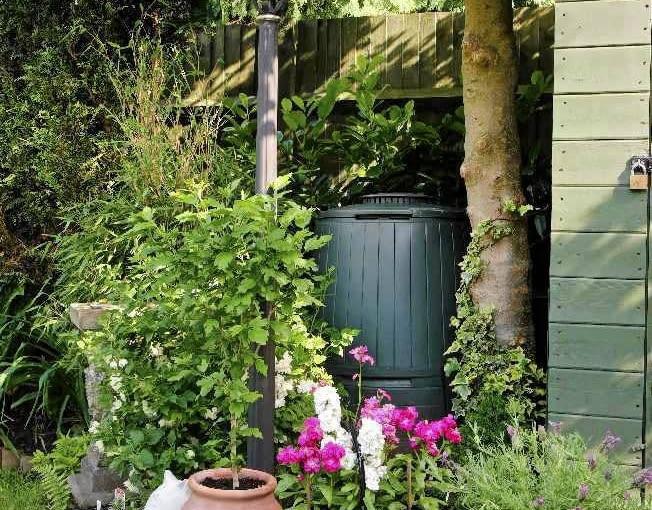 Dla ładnego wyglądu własnego ogrodu kosz na odpadki warto umieszczac w dyskretnym miejscu