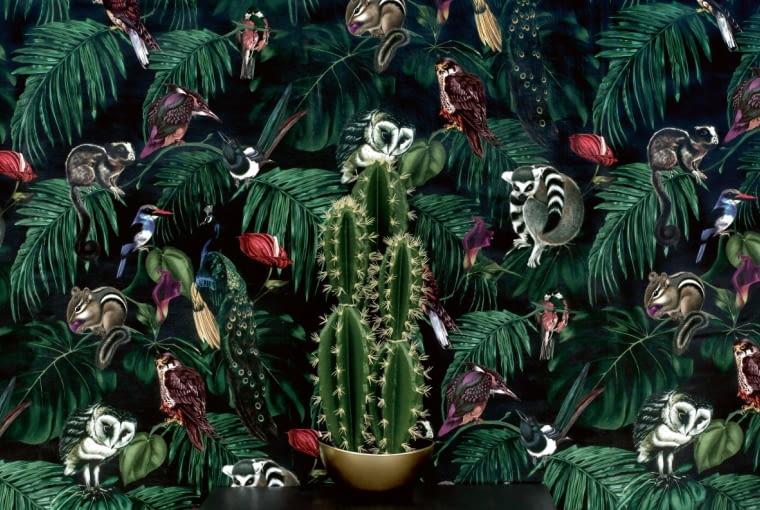 Ściana, z której patrzą na nas zwierzęta, to dobry pomysł na wystrój wnętrza. I w przedpokoju poczujemy się jak w dżungli. Na zdjęciu: Amazonia Dark, cena 1200 zł/rolka, Witch&Watchman/BM HOUSING, www.bm-housing.com