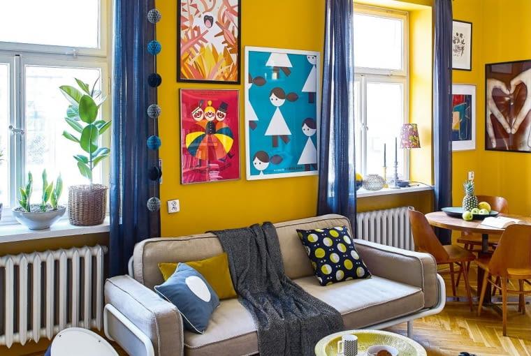 W towarzystwie stylowego stołu i czeskich krzeseł świetnie odnalazła się sofka z IKEA. Poduszka z kółkiem jest ze Scandinavian Living, żółta z Nap. Nad kanapą prace Joanny Jurczak (na górze) i Jerzego Flisaka (na dole po lewej) oraz reklamowy plakat z kawiarni, którą Maria prowadziła kiedyś z siostrą na warszawskiej Tamce.