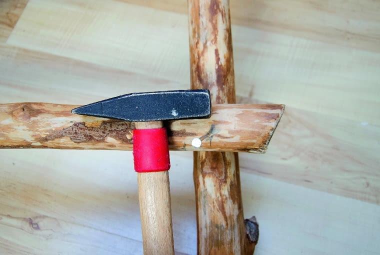 Przed wbiciem gwoździ w wyznaczonych miejscach wiercimy cienkim wiertłem otwory (ułatwi to pracę i zapobiegnie pękaniu drewna).