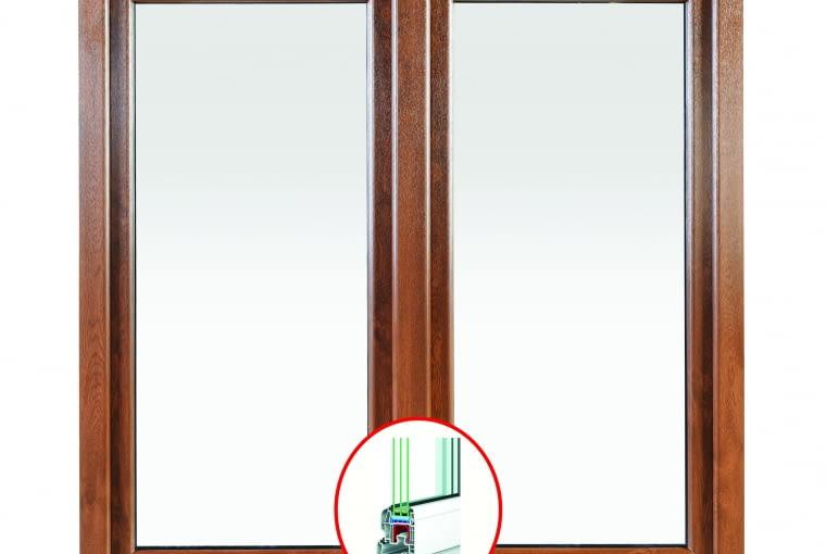 Propozycja 2. System: Iglo 5 Kolor: biały, zewnętrzna okleina - złoty dąb Pakiet szybowy: dwukomorowy Ug = 0,7 W/(m2K), g = 52,7%; ramka 2 x 12 mm Swisspacer Okucia MACO, klamka biała, listwa podparapetowa I5; Uw = 0,96-1,14 W/(m2K)