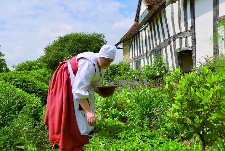 Wszystko jak przed wiekami - zajęcia ogrodnicze prezentują pracownicy muzeum ubrani w stroje z epoki.