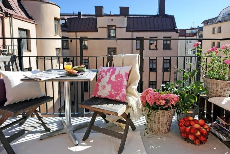 Siedzisko-półka na balkon ze skrzynek po owocach