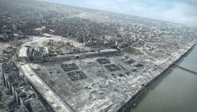 Jeden z kadrów filmu 'Miasto ruin': na pierwszym planie Arkady Kubickiego i ruiny Zamku, jasna plama u góry w centrum to pustynia pozostała po getcie
