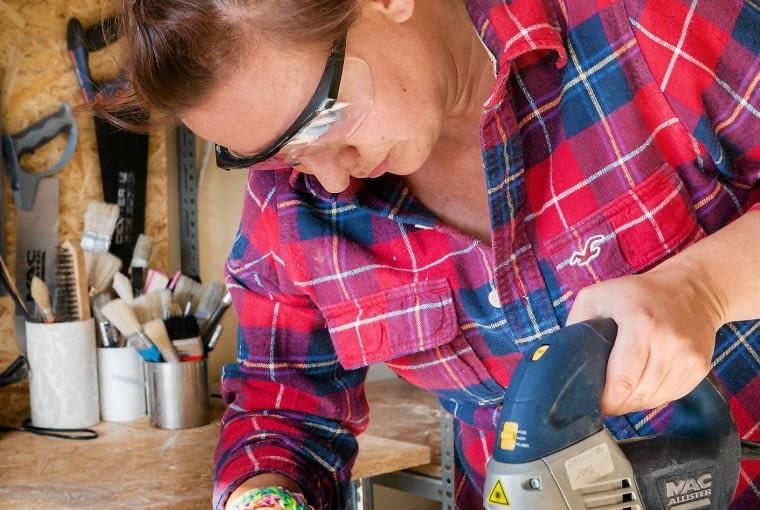 W pięknie pachnącym żywicą warsztacie stolarskim Anna wycina własnoręcznie dekoracyjne litery oraz rozmaite drobiazgi przydatne na co dzień w domu - toczone świeczniki, deski do krojenia, tablice informacyjne, efektowne patery i tace.