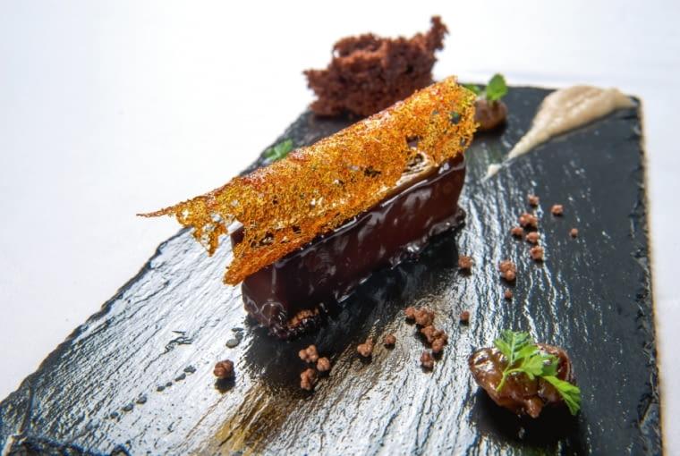 Gâteau czekoladowe z sosem Goldwasser, z dodatkiem złota i lodów z pigwy.