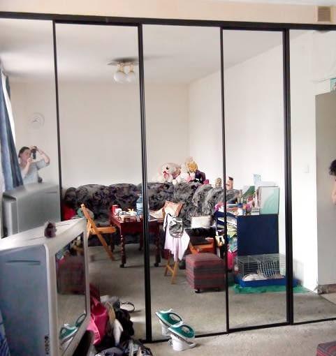 POKÓJ PRZED ZMIANĄ. Lustrzane drzwi szafy, które sprawdzają się w przedpokojach (optycznie powiększają ciasne na ogół pomieszczenia), w tym pokoju nie zdały egzaminu - potęgowały wrażenie ciasnoty.