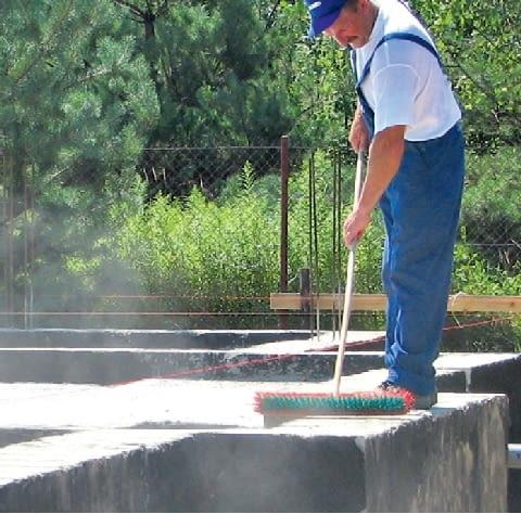 Krok 1. Przed ułożeniem pierwszej warstwy papy konieczne jest oczyszczenie z piasku górnej powierzchni ściany fundamentowej i pokrycie jej powłoką izolacyjną