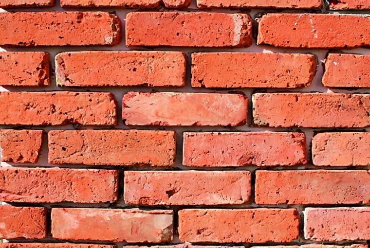 Płytki cięte z lica cegły mają nierówną, porowatą powierzchnię i zaokrąglone krawędzie