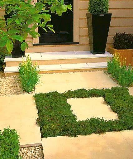Mocny geometryczny akcent - kontrastowe zestawienie jasnych płyt kamiennych i zielonolistnej macierzanki. Wyobraźmy sobie efekt, gdy roślina zakwitnie.