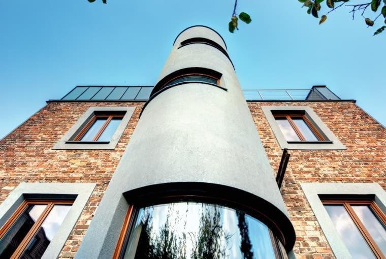 Powstała w wyniku remontu półokrągła bryła, sięgająca dachu, nawiązuje do charakterystycznych form późnego modernizmu