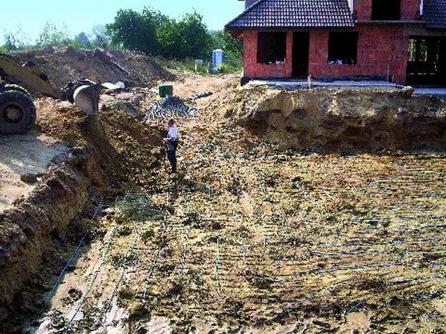 Rury gruntowego kolektora poziomego najlepiej ułożyć jeszcze w trakcie budowy domu