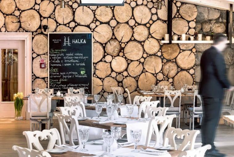 W pierwszej sali restauracyjnej uwagę zwraca ściana z pociętych na plastry pni drzewa.
