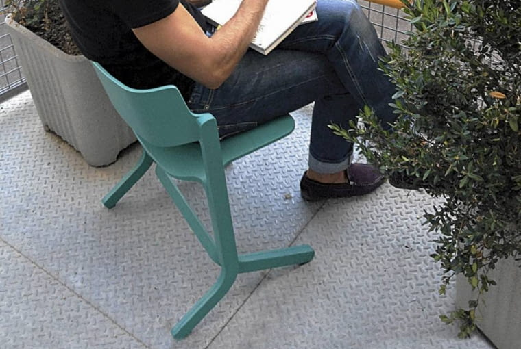 3. Na barierce Taki lekki stolik umożliwia pracę na balkonie, ale może również służyć za podstawkę na przekąskę i drinki. Jest w nim też kieszeń dla roślin.