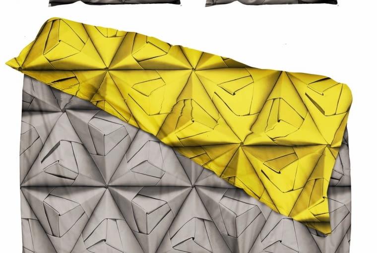 snurk Pościel Monogami spodoba się wielbicielom geometrii. Miękka, wysokiej jakości bawełna z nadrukami w graniastosłupy do złudzenia przypomina origami i zachwyca trójwymiarowymi efektami. Wym. 200 x 200 cm; 50 x 75 cm, fabrykaform.pl, 418 zł