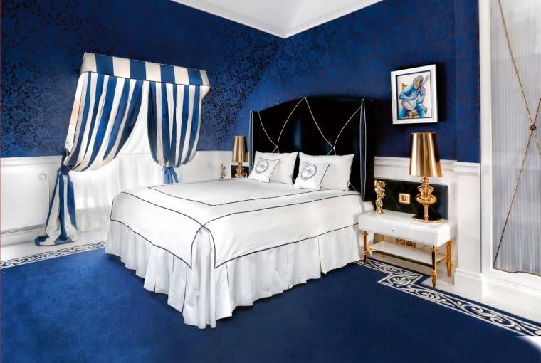 Wgościnnej sypialni zmiana kolorystycznych proporcji decyduje ozmianie nastroju; bieli przypisano tu rolę rozjaśniającego akcentu. Rozrysowane skrupulatnie przez projektantkę wspaniałe tapicerowane łoże itekstylia budzą marynistyczne skojarzenia.