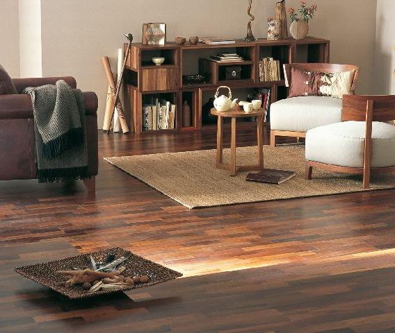 Na podłogach z ciemnego drewna rysy pomiędzy lamelkami są mniej widoczne