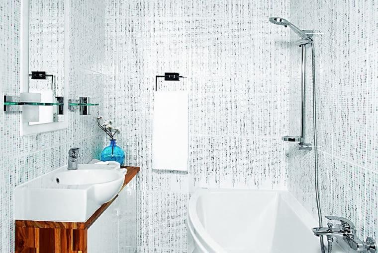 Taka wanna (150 x 75 cm) wbrew pozorom umożliwia wygodną kąpiel - w najwęższym miejscu jest wystarczająco dużo miejsca na nogi. Bez problemu można też wziąć prysznic; aby było to możliwe, zestaw natryskowy zamontowano nad szerszą częścią wanny.
