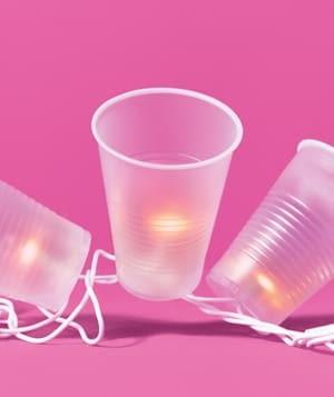Zostały wam lampki choinkowe? Można zrobić z nich ciekawe oświetlenie