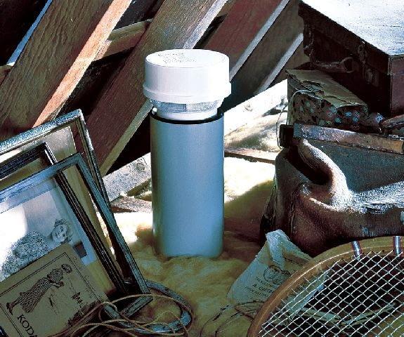 zawór napowietrzający kanalizację ZAWOR NAPOWIETRZAJACY ZAMONTOWANY W PIONIE KANALIZACYJNYM NA STRYCHU PUBLIKACJA LADNY DOM NR 4 (66) - 4.2004