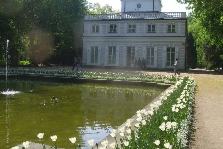 Tu oglądamy Biały Domek - budowle wzniesioną od podstaw za panowania Stanisława Augusta.
