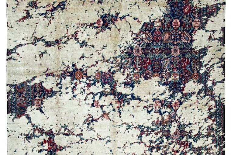 Ślady świetności. Tabriz Canal Aerial, dywan z kolekcji Erased Heritage, proj. Jan Kath, jan-kath.de.
