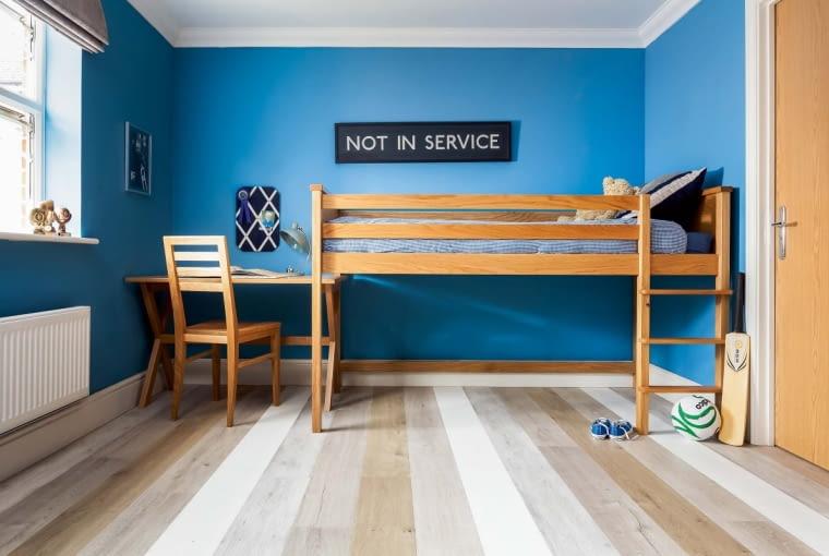 SMUKŁO I SMUKLEJ. Wybierz jak najdłuższe deski. Jeśli będzie mało łączeń, pokój wyda się przestronniejszy.