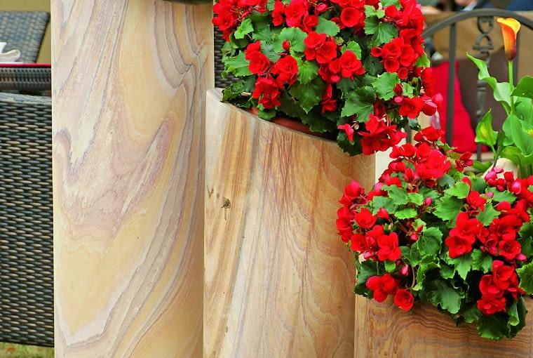Drewnane donice różnej wielkości to ozdoba efektowna i funkcjonalna.
