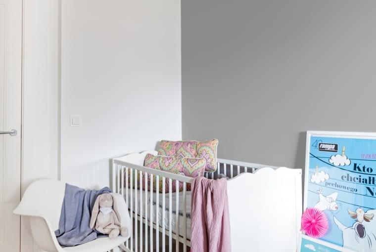Przegląd mieszkania zamyka pokój dziecka, które pojawiło się niedługo po remoncie. Wkrótce potem rodzina w powiększonym składzie przeniosła się do nowego apartamentu w Krakowie.