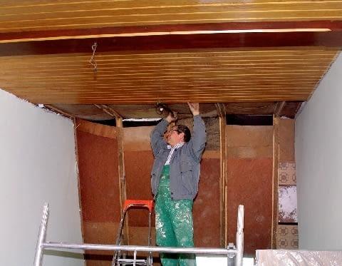 Ocieplenie dachu - by można było ułożyć izolację termiczną, konieczne było zdjęcie drewnianych desek obudowy