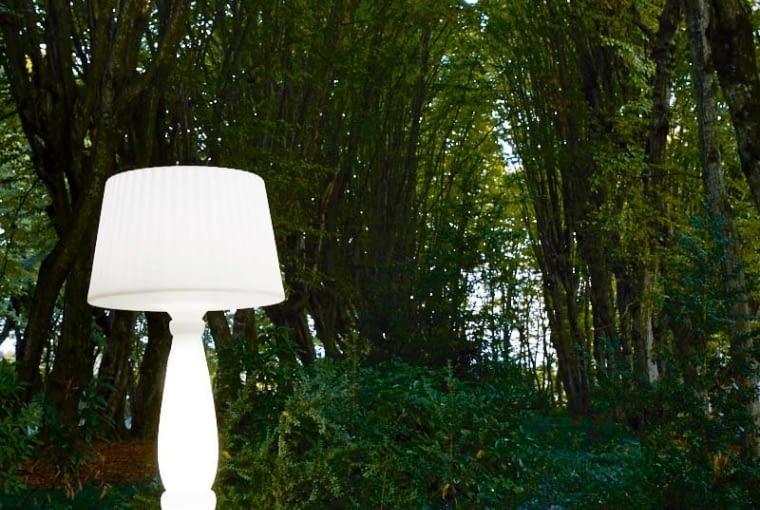 Taka bajka! Ni to lampa, ni rzeźba, a może czarodziejski grzyb? Szczególnie pięknie wygląda w cienistych zakątkach ogrodu. Ma aż 180 cm wysokości i cała promieniuje blaskiem. Agata Outdoor - niezawodny sposób na magiczną atmosferę. Myyour, atakdesign.pl