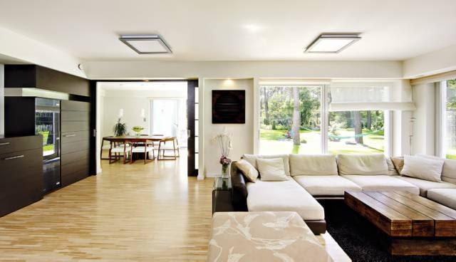 Na prośbę właścicieli, dom miał być powiązany z otoczeniem. Dlatego na wszystkich kondygnacjach zaprojektowano od strony ogrodu duże okna lub portfenetry. Przy każdym pokoju jest taras, balkon albo weranda