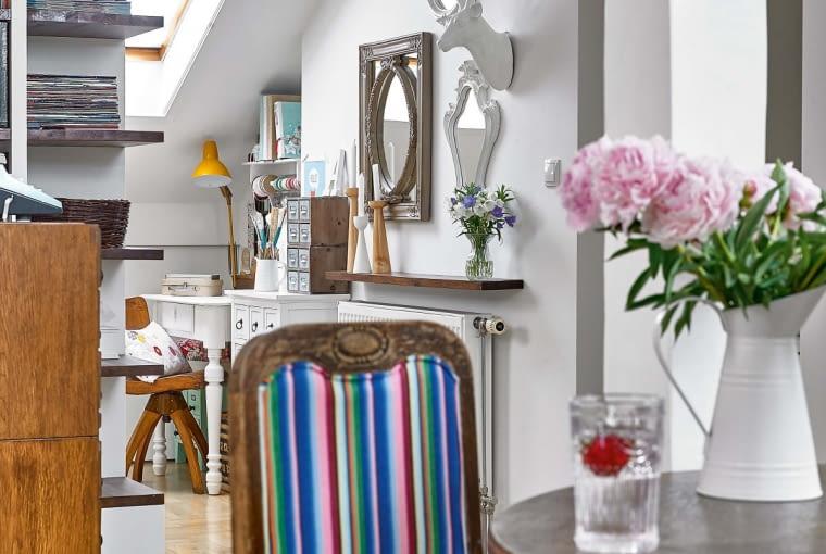 Stół to pamiątka po krewnej. Krzesła Ula obiła łowicką tkaniną. W tle widać jej pracownię, w której oddaje się ukochanemu scrapbookingowi.