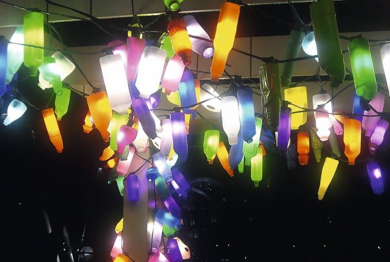 BUTELKI PEŁNE ŚWIATŁA Z PLASTIKOWYCH BUTELEK można tworzyć klosze i żyrandole - proste lub o fantazyjnych kształtach, dające nastrojowe chłodne albo kolorowe światło (wszystko zależy od barwy butelki i żarówki). Aby tworzywo się nie nagrzewało, najlepiej stosować w nich świetlówki ledowe, które prawie w ogóle nie emitują ciepła.