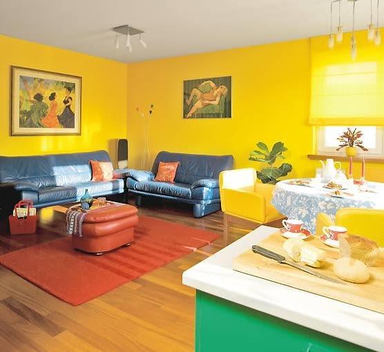 MIESZKANIE. W części dziennej dominuje kolor żółty - pani domu przypomina on barwę bratków, jakie co roku wiosną kupowała z babcią na targu. Do tego trzy mocne kolory: zieleń i błękit (wprowadzają do wnętrza nieco spokoju) oraz czerwień (dla ożywienia).
