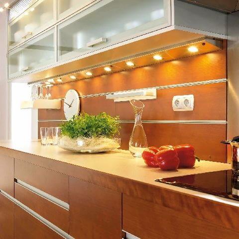 Drewniane panele mieć kształt desek mocowanych do ściany na profilach.