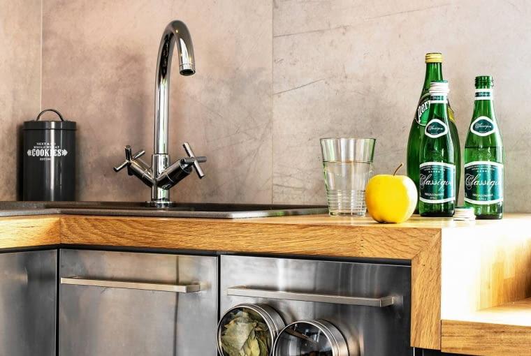 Pojemniki na przyprawy mocowane na magnes do metalowych drzwiczek szafki - nie zajmują miejsca na półkach i są zawsze pod ręką.