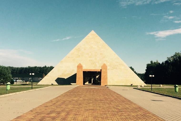 Od kiczu aż cisną się łzy do oczu. Nie wiadomo tylko, czy z płaczu czy ze śmiechu. Okazuje się, że nad Wisłą piramidy nie wyszły z mody! Piramida Horusa znajduje się we wsi o wdzięcznej nazwie Poźrzadło w okolicach Świebodzina (tak, to tu stoi też gigantyczny Chrystus). W środku urządzane są wesela, przyjęcia i spotkania biznesowe. Na co dzień czynna jest również restauracja.