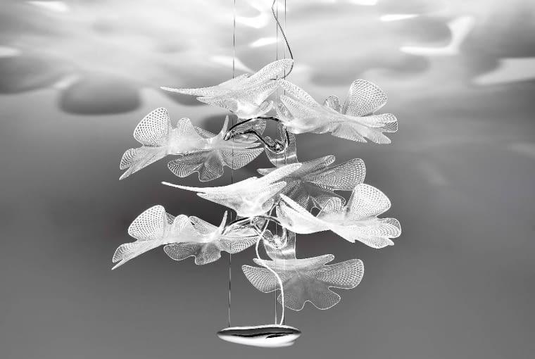 Lampę Chlorophilia zaprojektował dla Artemide brytyjski projektant Ross Lovegrove. Odwołanie się do świata roślin i sięgnięcie po niewielkie LED-y jako źródło światła sprawiły, że powstał projekt odbierany przez wielu, jako dzieło sztuki, a nie tylko piękny przedmiot użytkowy.