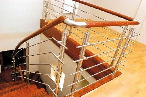 W dywanowych schodach zabiegowych stopnie na łuku powinny być znacznie szersze niż w podobnych konstrukcjach ażurowych