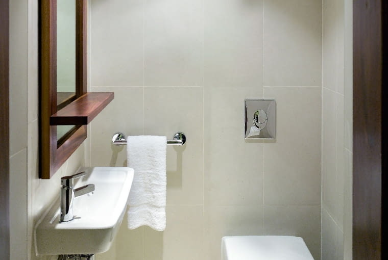 Wąska umywalka to propozycja w sam raz do niedużych toalet. Zajmuje niewiele miejsca - można kupić modele o głębokości już od około 20 cm.