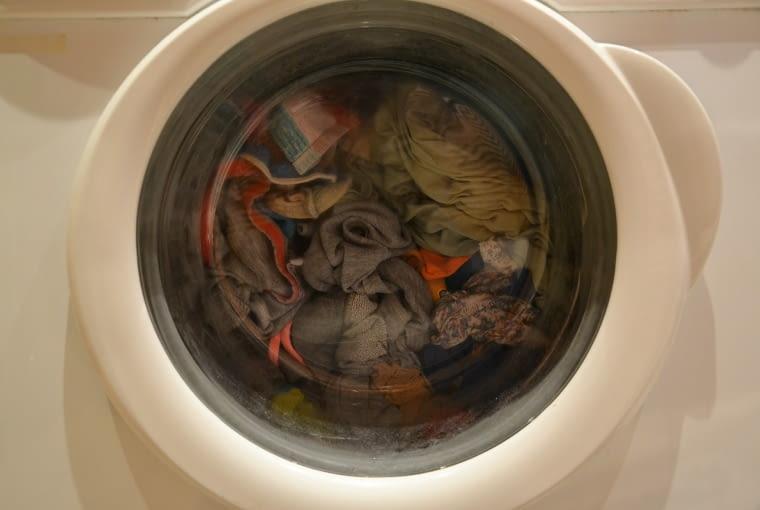 5. Wyjmij z pralki ubrania natychmiast po zakończeniu prania. Pozostawienie ciężkich, mokrych ubrań na dłuższy czas może doprowadzić do uszkodzenia bębna.