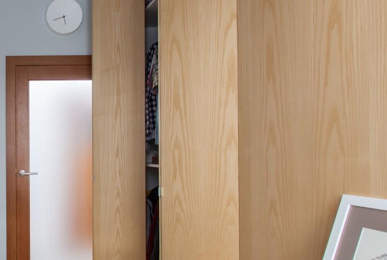 Zabudowa meblowa kryje nie tylko szafę, ale i telewizor.
