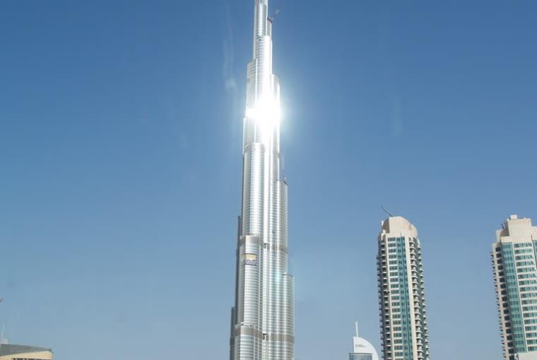 Burj Khalifa. Budowany jako Burj Dubai, ochrzczony w dniu otwarcia imieniem szejka emiratu Abu Zabi.