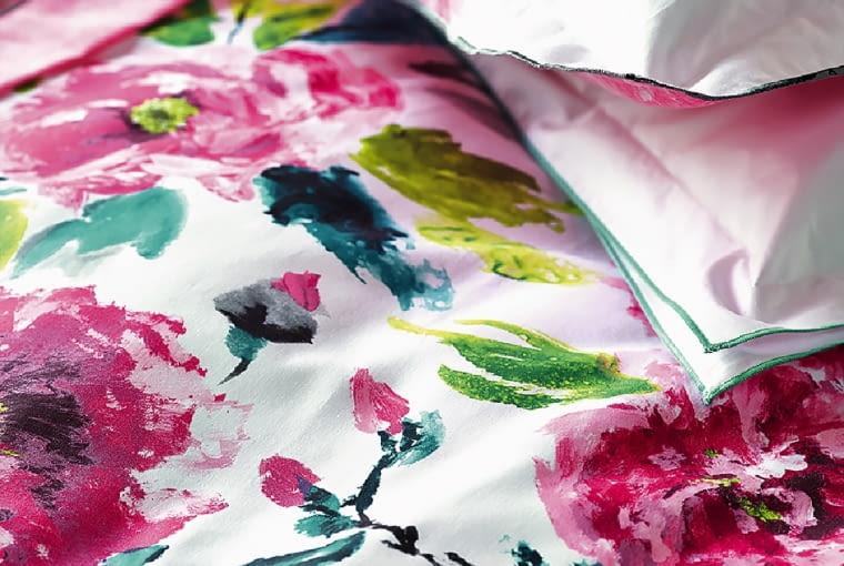 designers guild Pościel z najnowszej kolekcji Shanghai Garden Peony, brytyjskiej marki Designers Guild. Uszyta z bawełnianej satyny w róże i peonie. Pięknie wykończona. Eksplozja barw i kwiatów. Wym. 135 x 200 cm; 50 x 75 cm, designersguild.com, od ok. 590 zł