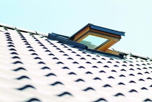 Okna połaciowe zapewniają dużo światła - do 40% więcej niż tej samej wielkości okna w lukarnach. Odpowiednio osadzone i uszczelnione są tak samo szczelne jak okna montowane pionowo.