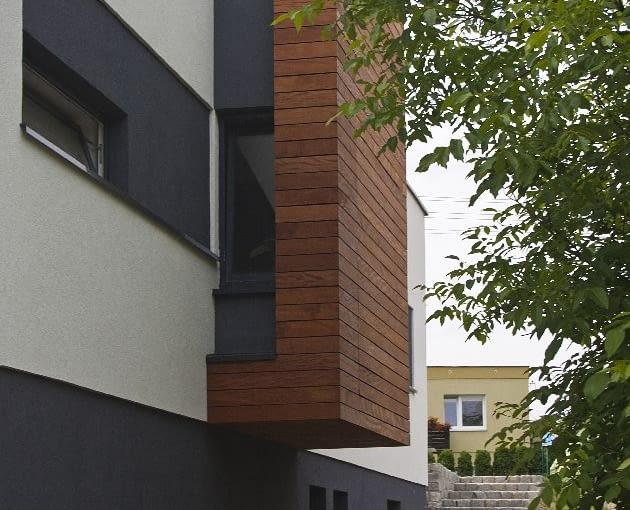 Schody na ulicę widziane od strony ogrodu; ściana i strop wykuszu wyłożone są drewnem