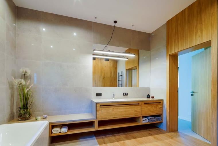 Łazienka przy głównej sypialni została wykończona w tym samym stylu, co reszta pomieszczeń domu