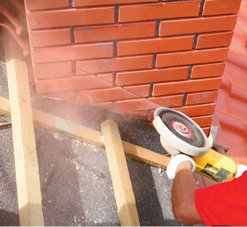 Krok 3. Nacięcie ścian komina wykonuje się na głębokość około 2 cm i pod odpowiednim kątem (nie prostym, lecz rozwartym), równolegle do połaci dachu.